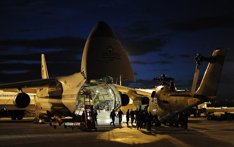 Выгрузка транспортно-боевых вертолетов Ми-24 из самолета Ан-124 на аэродроме Кольцово в Екатеринбурге, 2014 год.