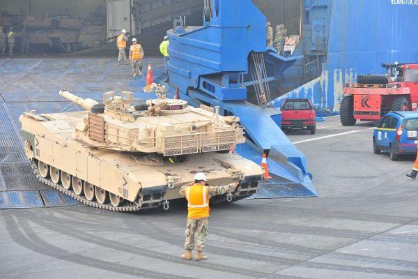 Выгрузка танка Abrams в Бельгии.
