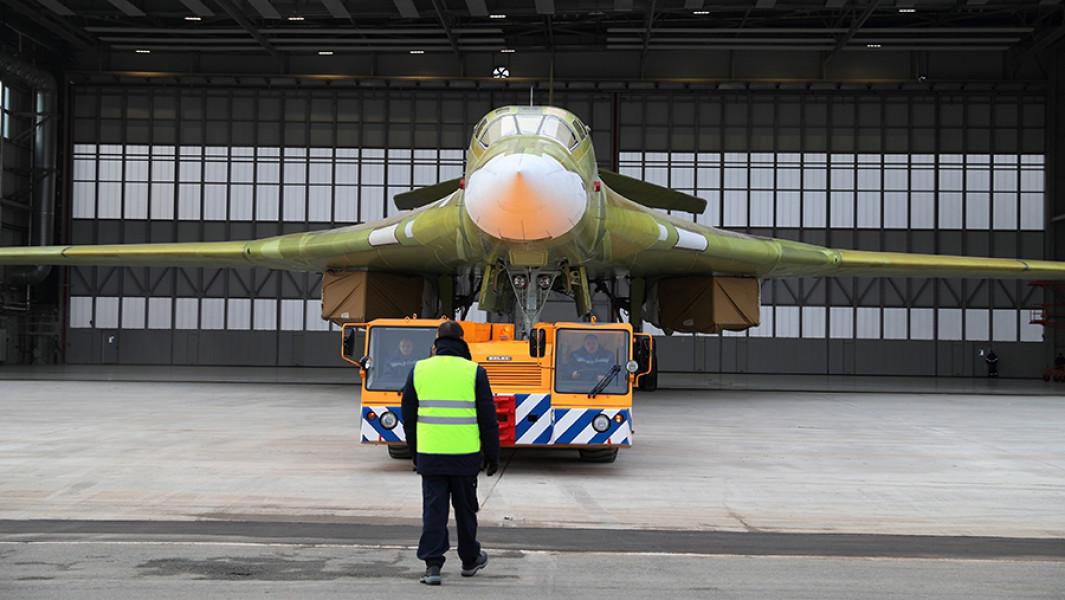 Выкатка нового самолета Ту-160 в Казани.