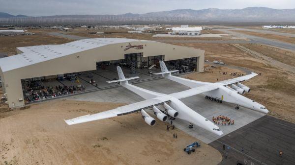 """Выкатка самолета-носителя Stratolaunch Model 351 авиационно-космической системы """"воздушного старта"""" Stratolaunch американской компании Stratolaunch Sy"""