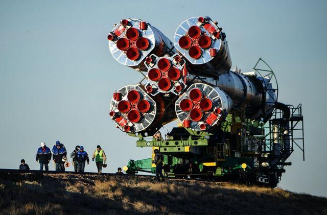 Вывоз ракеты-носителя Союз-ФГ с пилотируемым кораблем Союз МС-10 на космодроме Байконур