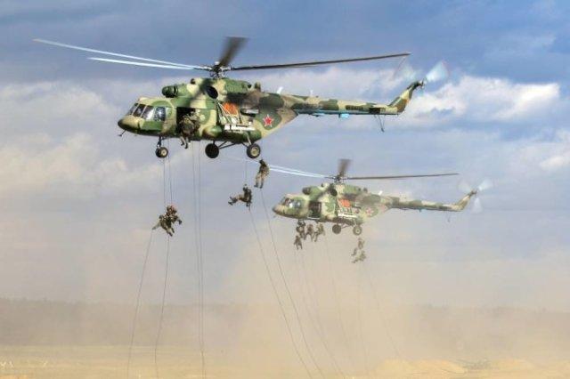 """Высадка тактического воздушного десанта с вертолетов Ми‑8 на учениях """"Запад‑2021""""."""