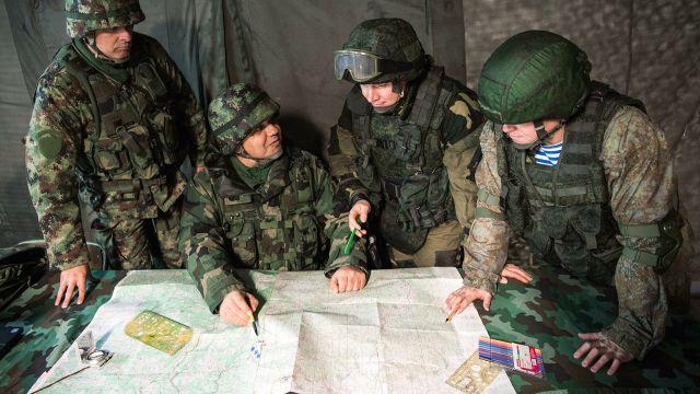 """Взаимодействие российских, белорусских и сербских военнослужащих во время совместных тактических учений на полигоне """"Посулянски Левады"""" в Сербии"""