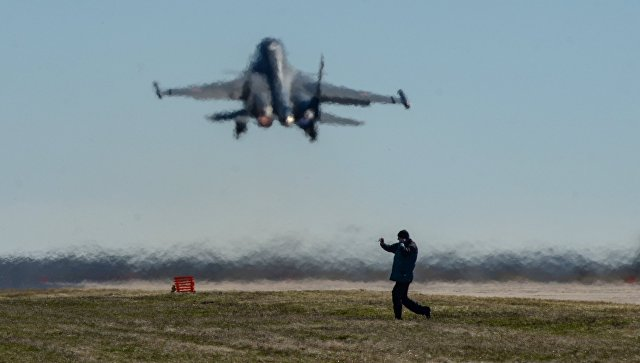 Взлет самолета Су-34 во время летно-тактических учений на аэродроме Бутурлиновка Воронежской области. Архивное фото.