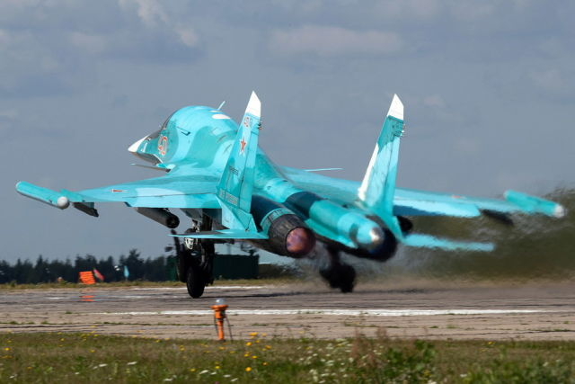 Взлёт фронтового бомбардировщика Су-34 с регистрационным номером RF-95856. Фото Дениса Артушкевича