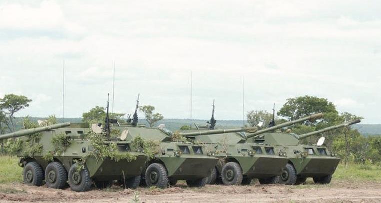 Полученные ангольской армией китайские колесные бронированные машины WMA301 cо 105-мм пушками и командно-штабные машины на базе колесного бронетранспортера WZ551. Соба Матиас (Квандо-Кубанго), 29.01.2017.