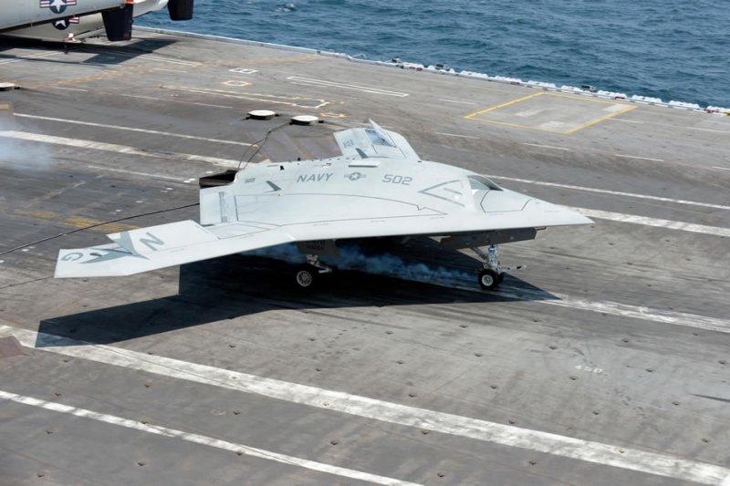 Атлантический океан (10-е июля 2013-го года) Беспилотный летательный аппарат X-47B совершает посадку на палубу авианосца USS George H.W. Bush (CVN 77) возле побережья штата Вирджиния.
