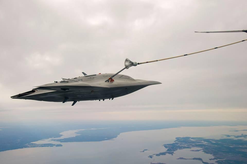 """Экспериментальный ударный БЛА-демонстратор Northrop Grumman X-47B (аппарат AV-2, бортовой номер """"502"""") в ходе экспериментов по дозаправке в воздухе от самолета-заправщика Boeing 707 компании Omega Air. Чесапикский залив, 15.04.2015"""
