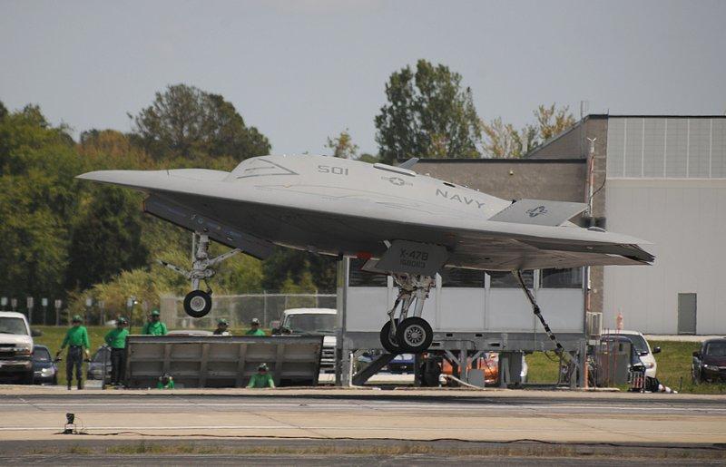 Naval Air Station Patuxent River, штат Мэриленд (4-е мая 2013-го года), демонстратор Беспилотной воздушной боевой системы (UCAS) X-47B совершает свою первую посадку в качестве берегового базирования. Беспилотный летательный аппарат использует тормозной гак для зацепки са аэрофинишер MK-7. Этот тип торможения требуется при посадке на борт авианосца. (Фото любезно предоставлено Northrop Grumman). Источник: strategypage.com.