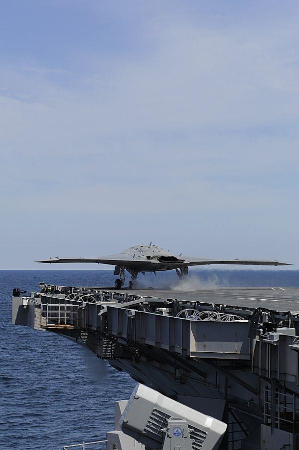 14 мая у побережья Вирджинии БЛА-демонстратор X-47B UCAS-D (Unmanned Combat Air System demonstrator) выполнил свой первый катапультный взлет с авианосца USS George H.W. Bush (CVN 77). Источник: www.navy.mil.