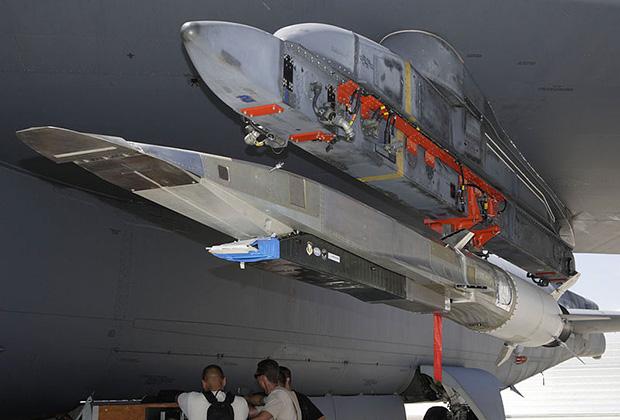 X-51 Waverider на подвеске под крылом B-52.