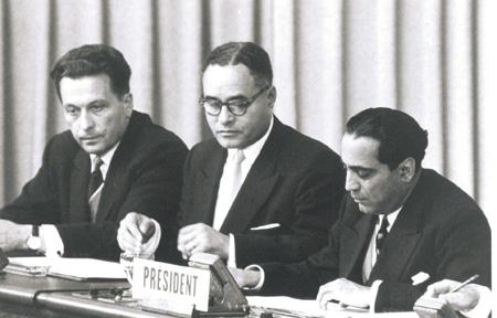 Хоми Бхабха (справа) – президент Международной конференции по мирному использованию атомной энергии (Женева, 1955 год). На фото также запечатлены Ральф Банч (в центре) и Илья Чернышев.