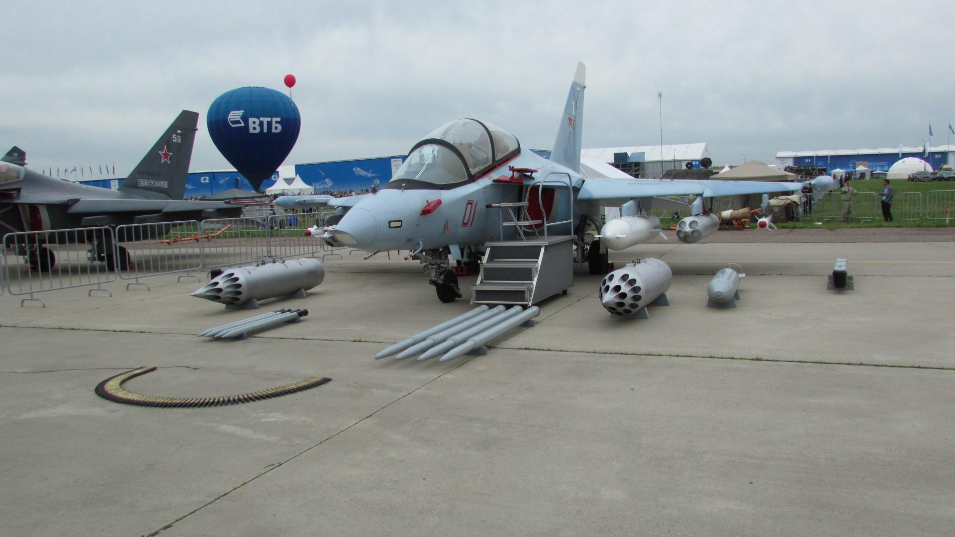 Самолет с измененным обтекателем и прицельным комплексом.