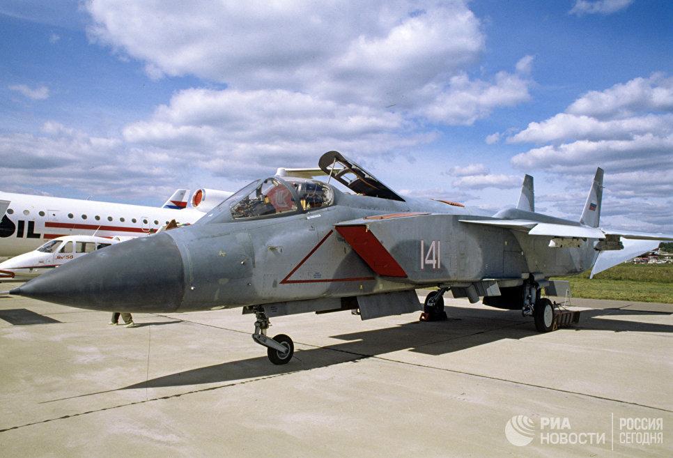 Сверхзвуковой многоцелевой истребитель-перехватчик вертикального взлета и посадки Як-141.