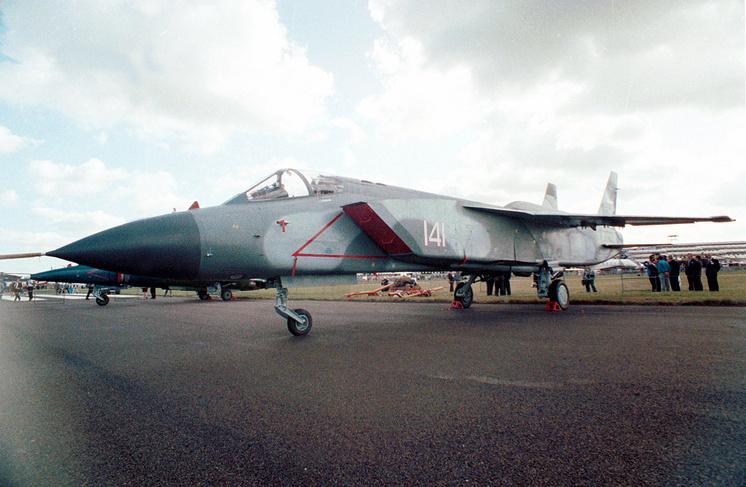 Сверхзвуковой истребитель вертикального взлета Як-141.