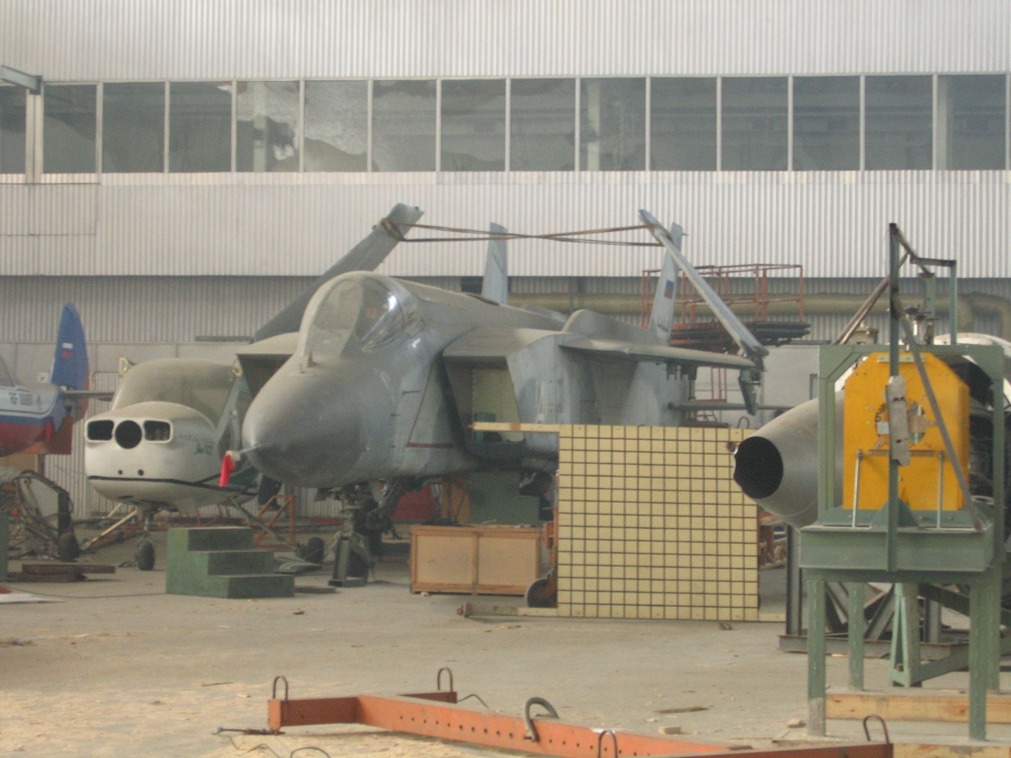 Як-141 перед погрузкой на транспортную платформу.