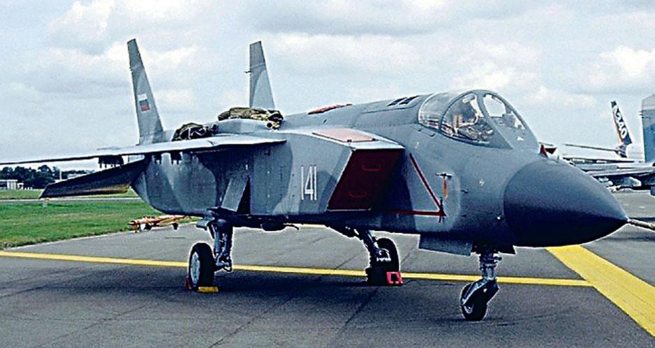 Самолет вертикального взлета и посадки Як-141.