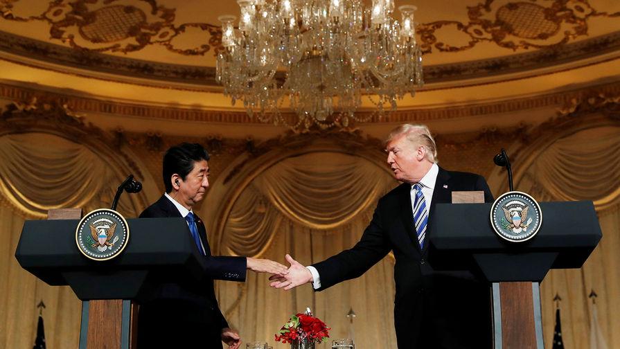 Японский премьер Синдзо Абэ с президентом США Дональдом Трампом во время встречи во Флориде, 18 апреля 2018 года.