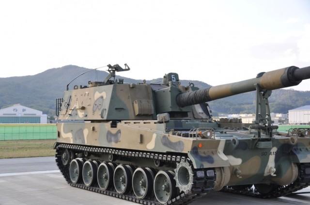Южнокорейская 155-мм,52 самоходная гаубица К9А1 - модернизированный вариант самоходной гаубицы К9 Thunder. Модернизация строевых САУ К9 до уровня К9А1 ведется с 2018 года и включает в основном внедрение элементов автоматизации заряжания и установку модерн