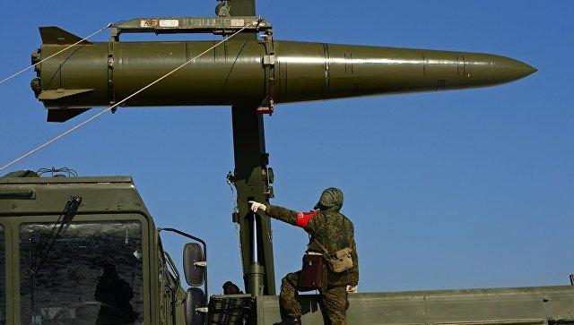 Загрузка ракеты на самоходную пусковую установку ракетного комплекса Искандер-М.