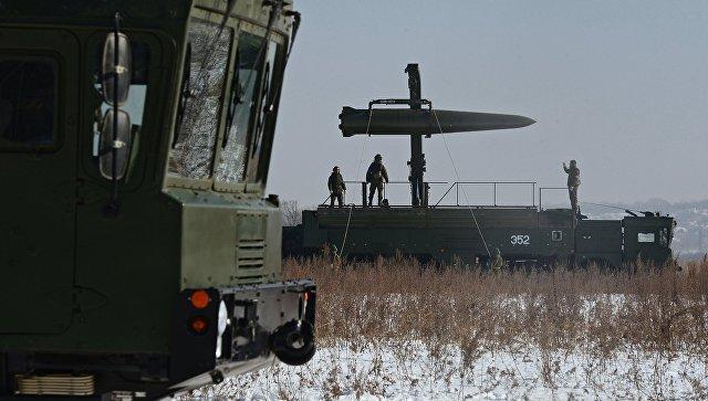 Загрузка ракеты на самоходную пусковую установку ракетного комплекса Искандер-М. Архивное фото.
