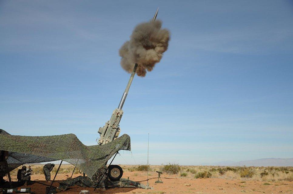 Запуск M982 Excalibur 155 мм из ствола гаубицы M777 во время стрельбы, США.
