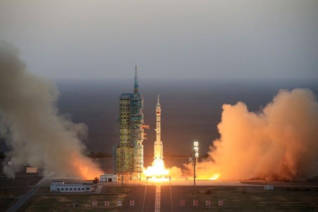 "Запуск с космодрома Цзюцюань китайской ракеты-носителя ""Чанчжэн-2F"" (CZ-2F,"