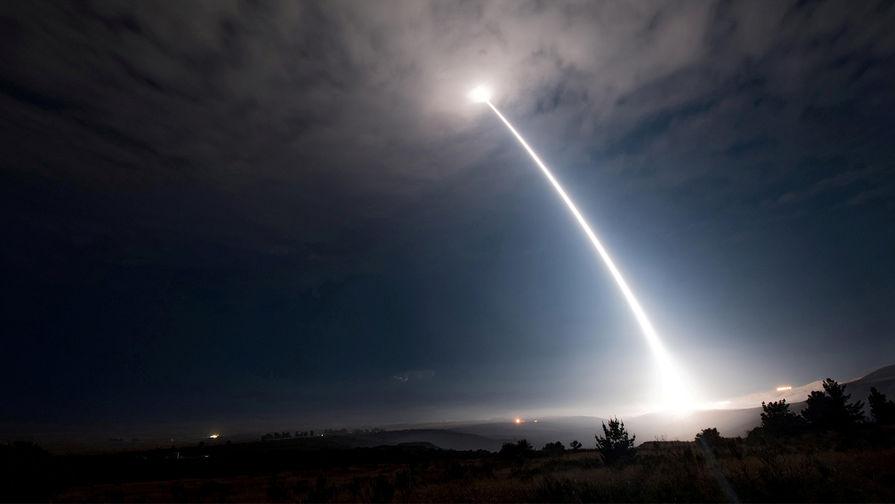 Запуск межконтинентальной баллистической ракеты Minuteman III с авиабазы Ванденберг в Калифорнии, 2 августа 2017 года.