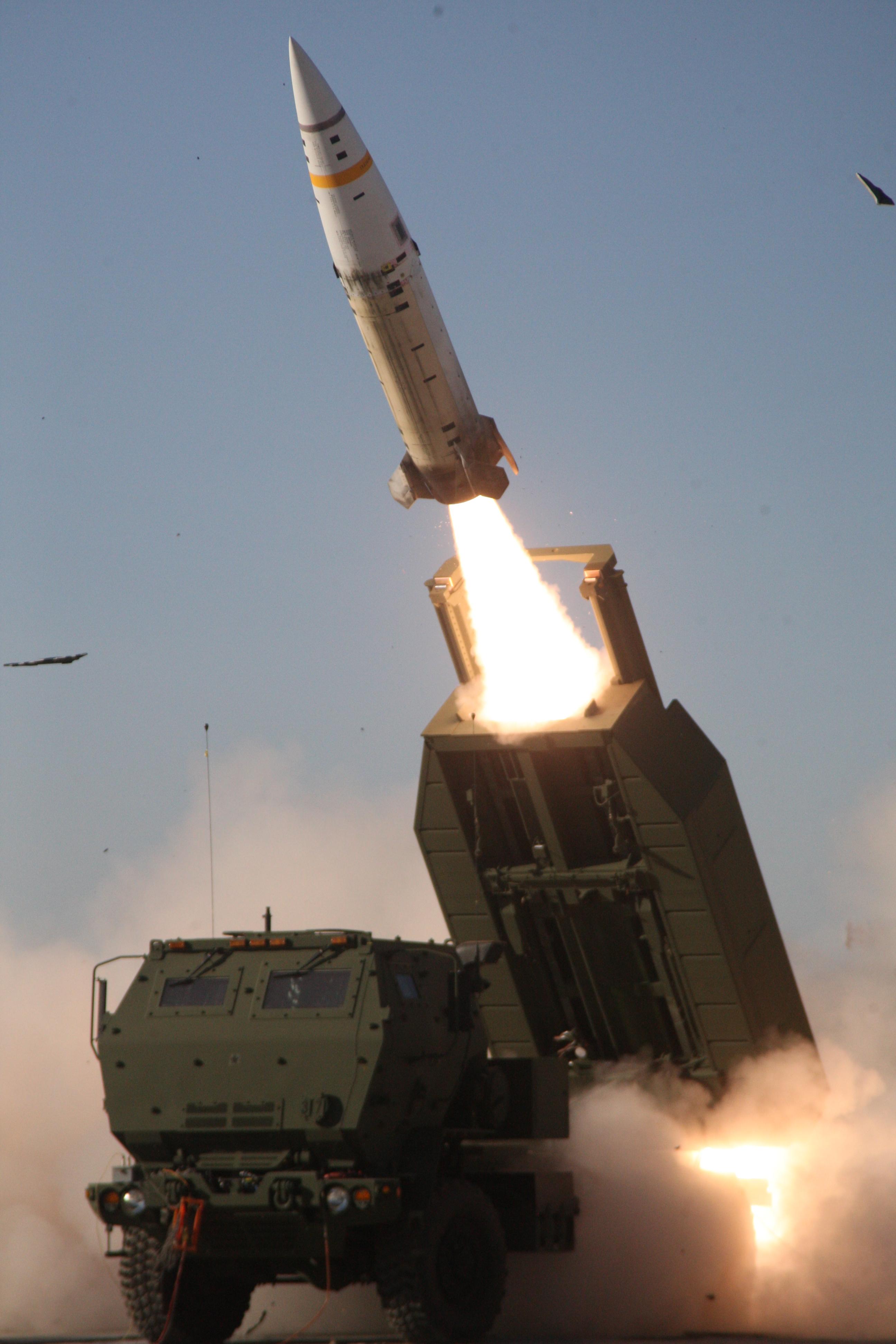 Запуск модернизированной американской оперативно-тактической ракеты Lockheed Martin М57А1 ATACMS c боевой машины реактивной системы залпового огня М142 HIMARS на ракетном полигоне Уайт-Сэндс (штат Нью-Мексико), 2017 год.