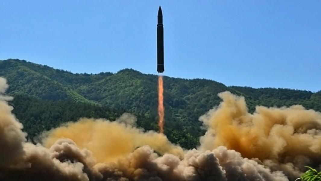 Запуск северокорейской мобильной межконтинентальной баллистической ракеты Хвасон-144 июля 2017 года.