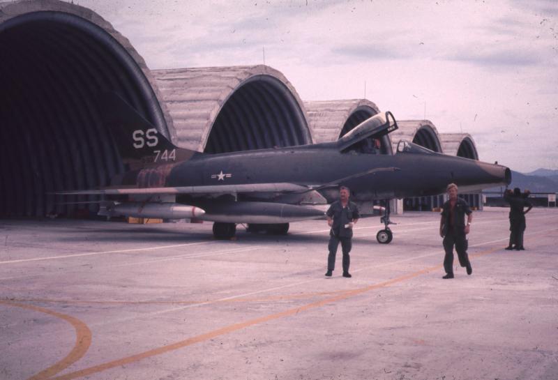 Построенные по программе Concrete Sky защитные укрытия для авиационной техники на американской авиабазе Фанранг. На переднем плане тактический истребитель North American F-100D Super Sabre ВВС США, 1971 год.