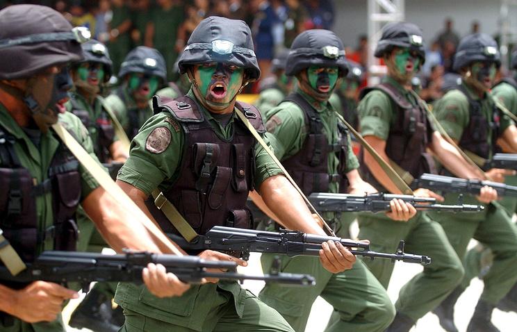 Военнослужащие армии Венесуэлы с автоматами Калашникова АК-103.