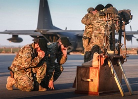 """""""Зеленые береты"""" из 10-й группы ССО СВ США отдают дань уважения двум погибшим боевым товарищам. Авиабаза Кундуз, Афганистан."""