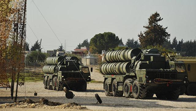 Зенитно-ракетный комплекс С-400 на российской авиабазе Хмеймим в Сирии. Архивное фото.