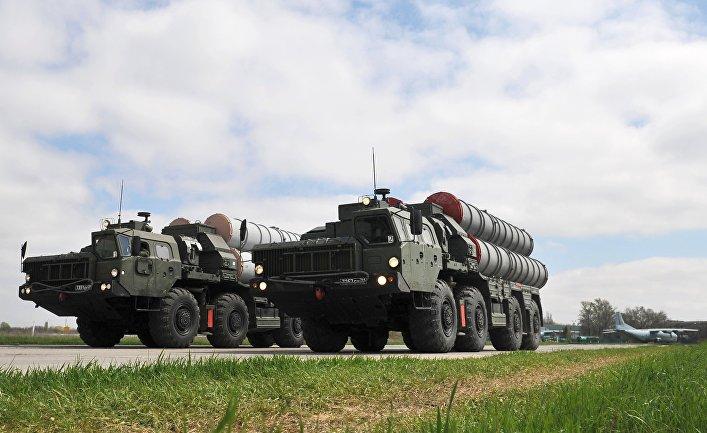 Зенитные ракетные комплексы C-400 во время тренировки парада Победы на военном аэродроме в Ростове-на-Дону.