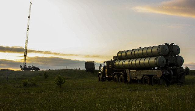 Зенитные ракетные комплексы С-300 Фаворит во время двусторонних учений войск ПВО и авиации Западного военного округа.
