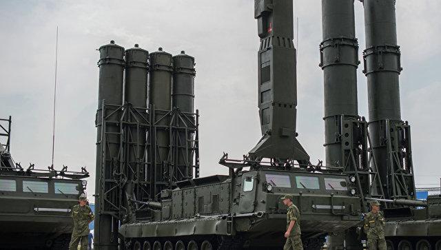 Зенитный ракетный комплекс С-300В. Архивное фото.