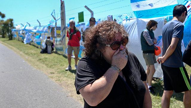 Женщина плачет на морской базе в Мар-де-Плата в Аргентине. 23 ноября 2017.