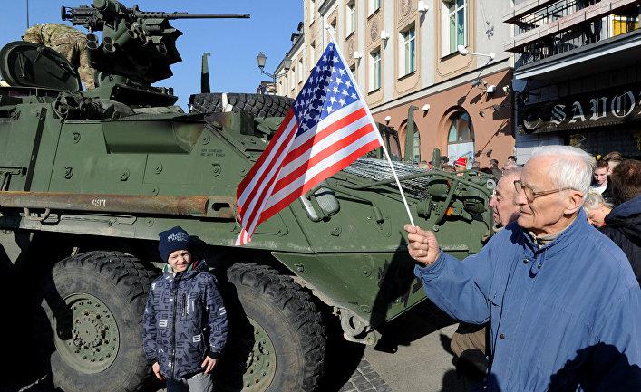"""Жители города Белосток в Польше приветствуют конвой американских военных """"Dragoon Ride""""."""