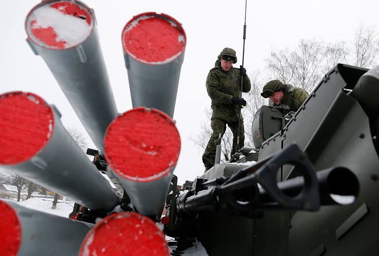 """Военнослужащие во время учений по боевой готовности комплекса """"Панцирь-С1""""."""