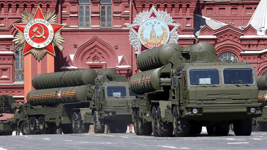 """ЗРК С-400 """"Триумф"""" во время военного парада в День Победы в Москве, 2015 год."""