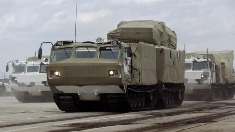 """ЗРПК """"Панцирь-С1"""" на шасси гусеничного вездехода ДТ-10ПМ."""