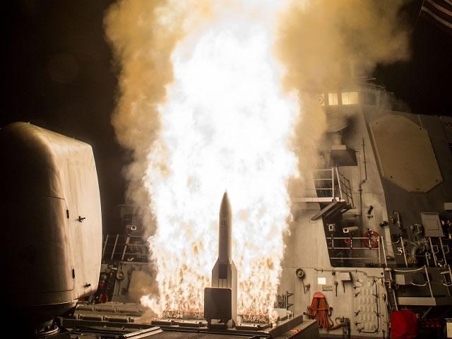 Пуск двух ЗУР SM-6 с борта эсминца USS John Paul Jones (DDG 53), оснащенного системой Аegis baseline 9.C1, для поражения баллистической цели.